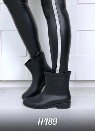 Черные резиновые силиконовые сапоги короткие женские