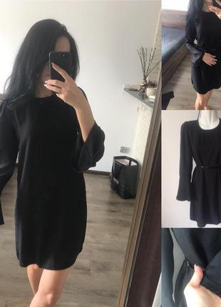 Чорне плаття з рукавом з рюшою