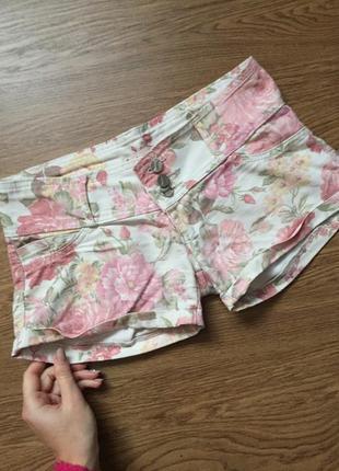 Джинсовые светлые шорты в цветы с низкой посадкой