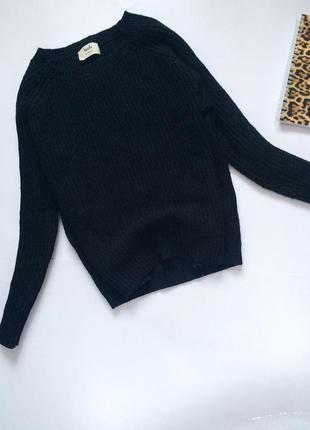 Чёрный свитер оверсайз в рубчик бренда hush
