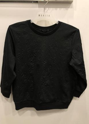 Черный свитшот с выбитыми цветами mohito. укороченная кофта в цветах.3