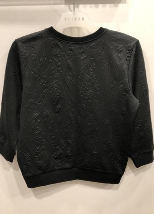 Черный свитшот с выбитыми цветами mohito. укороченная кофта в цветах.5