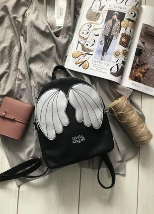 Черный рюкзак с серебристыми крылышками