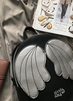 Черный рюкзак с серебристыми крылышками2 фото