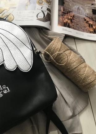 Черный рюкзак с серебристыми крылышками3 фото
