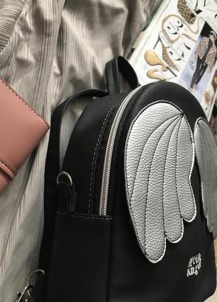 Черный рюкзак с серебристыми крылышками4 фото