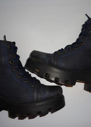 Стильные ботинки на тракторной подошве. натуральная кожа. пр-во италия
