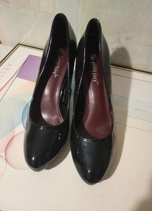 Шикарные классические, лакированные туфли.бренд jenny fairy.  раз.40-41, стелька 26-26,5.