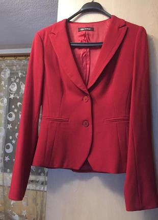 Продам классический красный пиджак monton