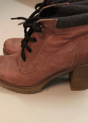 Красивые кожаные ботинки