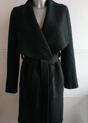 Очень стильное пальто-халат bershka базового черного цвета с поясом и накладными карманами
