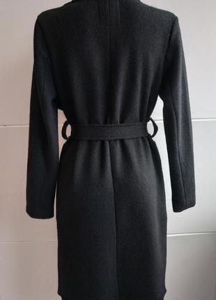 Очень стильное пальто-халат bershka базового черного цвета с поясом и накладными карманами2