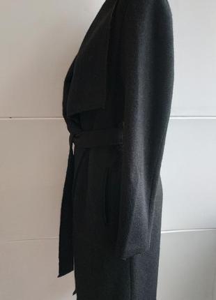 Очень стильное пальто-халат bershka базового черного цвета с поясом и накладными карманами3