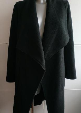 Очень стильное пальто-халат bershka базового черного цвета с поясом и накладными карманами4