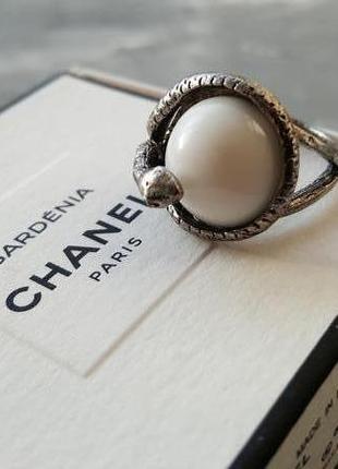 Кольцо со змеей серебряного цвета белый камень