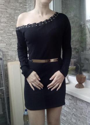 Теплое платье по фигуре на одно плечо с шипами1