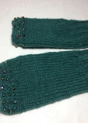 Митенки зеленые. митенки украшенные. вязанные митенки. перчатки модные.