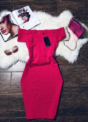 Очень красивое обтягивающее платье с опущеными плечима