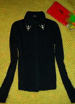 Черная базовая нарядная рубашка с украшением по воротнику
