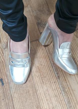 Серебряные мюли лоферы на устойчивом каблуке.