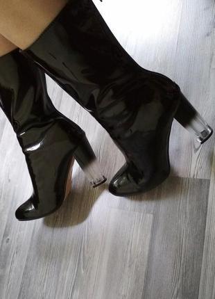 Шикарные лаковые сапоги на трендовом прозрачном каблуке