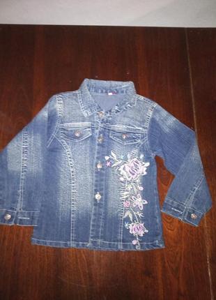 Модный джинсовый костюм для девочки