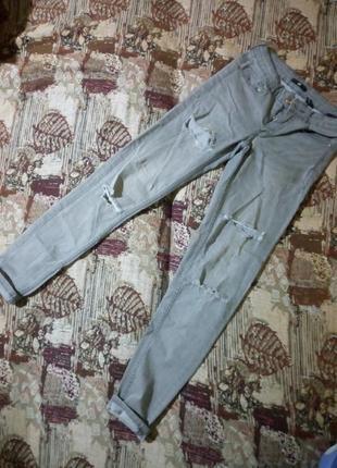 Серые модные джинсы с дырками😍