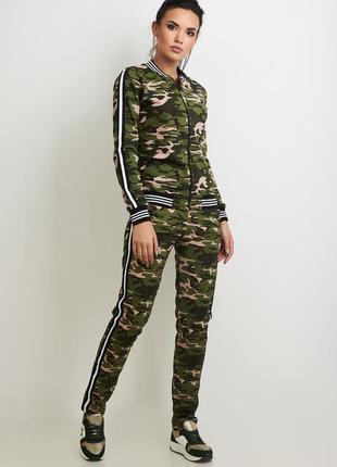 Стильный женский костюм в стиле милитари: толстовка-бомбер и брюки