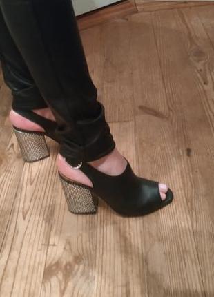 Кожаные босоножки на толстом серебряном каблуке.