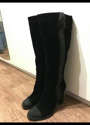 Черные замшевые зимние сапоги на каблуке с натуральным мехом
