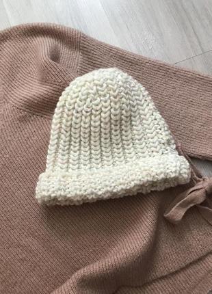 Нова біленька в'язана шапуля з кольоровою люрексовою ниткою