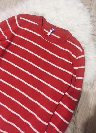 Красный свитер в белую полоску