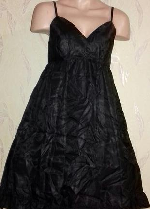 Свободное черное платье с завязками, шелестящее.