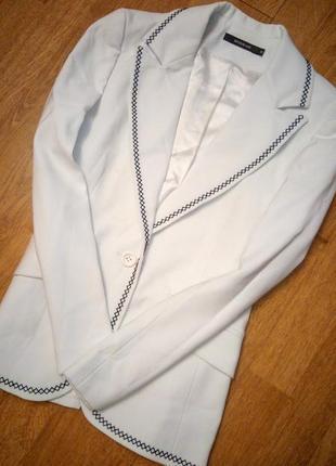 Белый пиджак жакет с синей вышивкой классический деловой