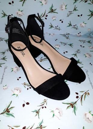 Шикарные трендовые черные босоножки на низком каблуке, размер 39