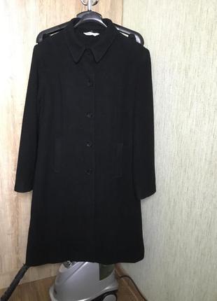 Классическое чёрное пальто прямого кроя