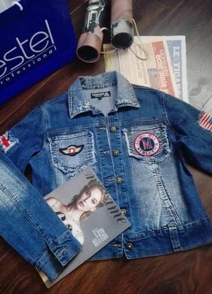 Шикарная джинсовая модная куртка с нашивками