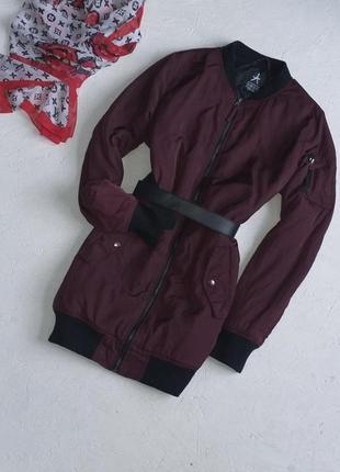 Крутая удлиненная куртка бомбер свекольный цвет от atmosphere
