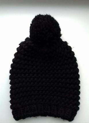 Черная вязаная шапка без подкладки с балабоном