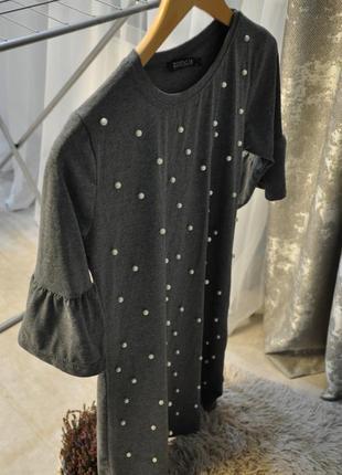 Платье с бусиками серое