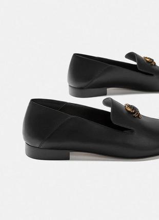 Кожаные туфли-слиперы, лоферы с декоративной деталью в виде краба 372 фото