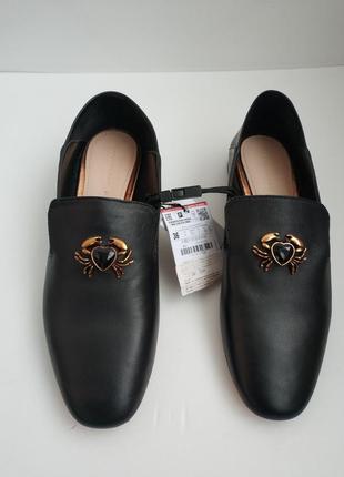 Кожаные туфли-слиперы, лоферы с декоративной деталью в виде краба 375 фото