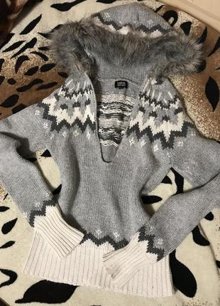 Теплый свитерок с меховым капюшоном