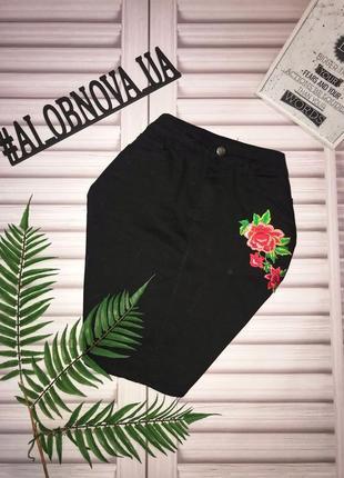 Черная джинсовая юбка с нашивкой цветы