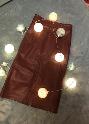 Кожаная миди юбка stradivarius цвета бургунди