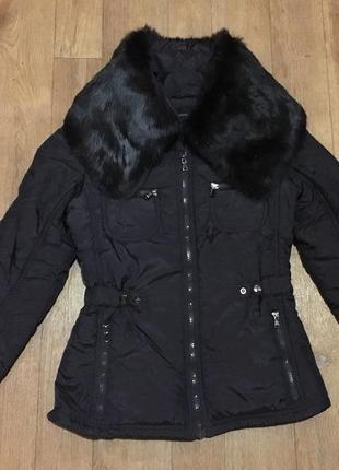 Теплая курточка с меховым воротником