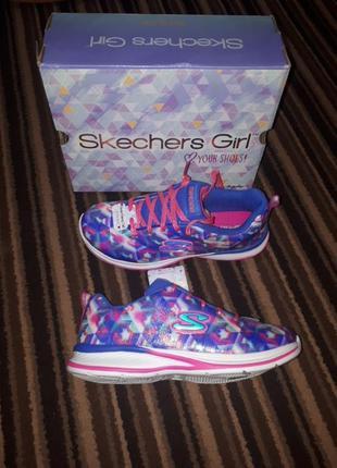 Яркие красивые кроссовки skechers
