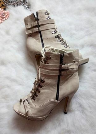 Светлые полусапожки на каблуке с ремешками,шнуровкой шпилька ботильйоны беж серые