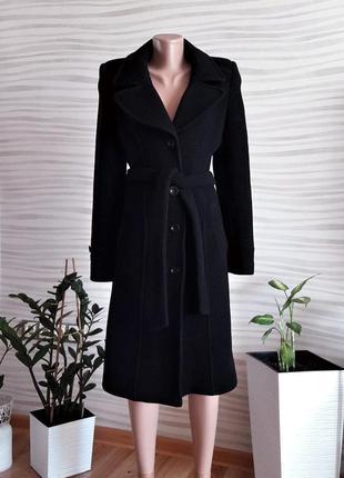 Безумно элегантное классическое черное пальто.