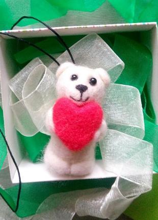 Брелок белый мишка медведь медвежонок с сердцем сухое валяние